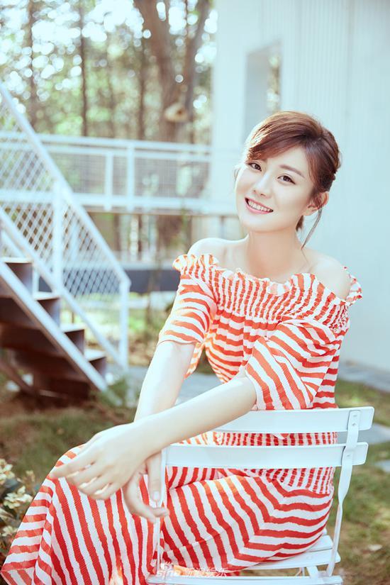 f新浪娱乐讯 近日,演员牟星曝光一组时尚大片。她身穿红白相间的条纹长裙静坐白椅,单手拂面笑容甜美,眼睛明亮而清澈,一缕初秋般的清爽迎面而来。
