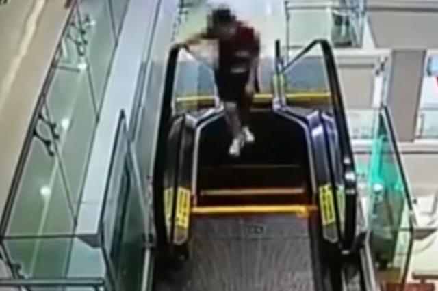 东莞:女子竟把商场电梯当跑步机逆跑 手被卷进电梯