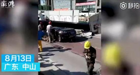 现场:行驶轿车遭重型吊车砸中 车内6人4死