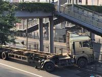 穗一货柜车凌晨撞天桥变压箱 致变压箱及护栏损坏