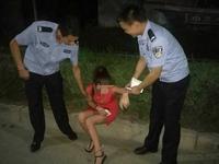 醉酒女子深夜搭的士钱财全没 的哥洗劫后将其丢路边