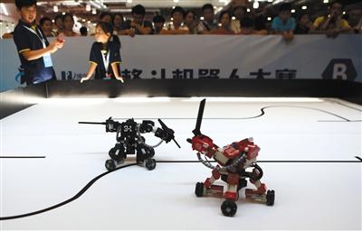8月24日,小学组在进行机器人格斗比赛。