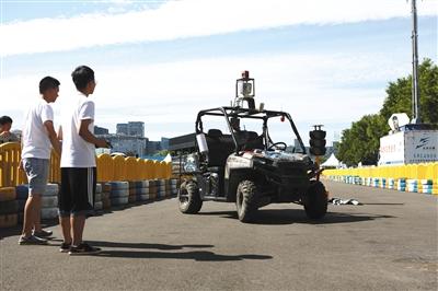 8月24日,工作人员在操控无人驾驶汽车。