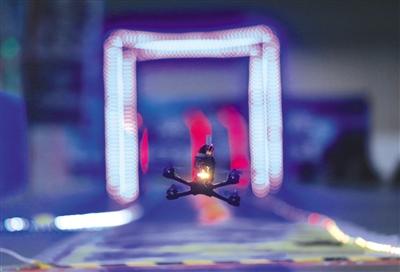 8月24日,无人机竞速预赛正在进行。当天,2017年世界机器人大会进入第二天,参观人数已超7万。新京报记者 浦峰 摄