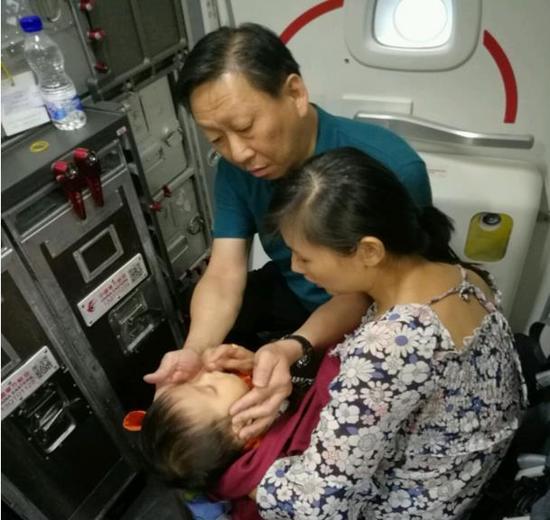 九月大婴儿飞机上呕吐昏睡 佛山医生挺身救治解危机