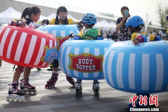 孩子们参加趣味比赛。 泱波 摄