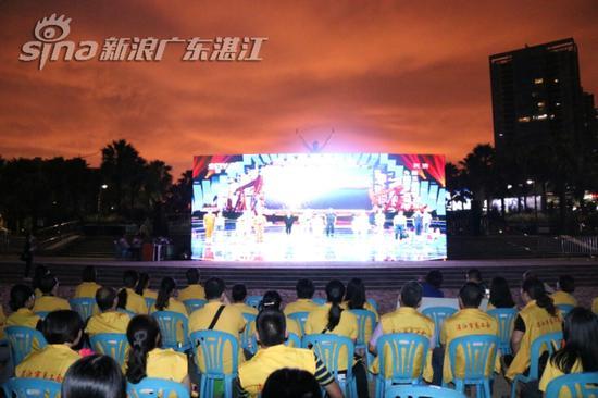 市民观看LED播出《魅力中国城》湛江对阵克拉玛依竞演专场节目