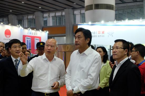 左一为蜂巢里执行董事余希凡、左二为广东省副省长、右一为中国酒店用品协会会长张汉泉