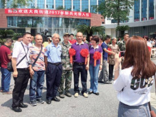 新兵在坐上大巴离开前与家人留影。/珠江商报记者黄文静摄