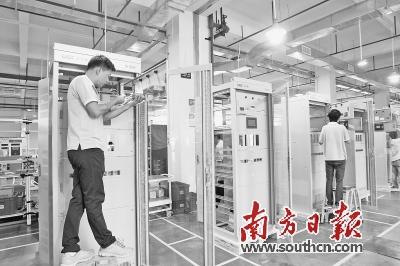易事特生产中心,技术人员正在进行UPS、EPS电源等新能源产品的生产和研发。南方日报记者孙俊杰摄