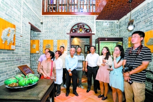 海外华媒参观陈家祠,享受地道广州美食。