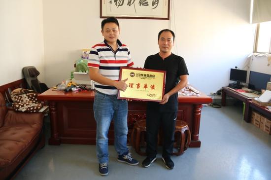 走訪理事單位:桃李電器總經理高亦農(右)