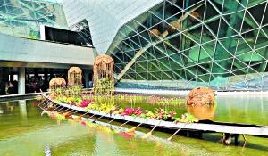 广州大剧院,标志性的龙舟被鲜花点缀得十分好看。