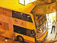 香港深水埗车祸致3死20多伤 双层巴士失控追尾出租车