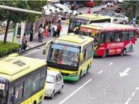 冲动老太因1块钱与公车司机争执 致车撞向路基
