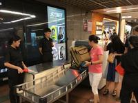 直击广州地铁六车站安检升级 携带行李一人15秒(图)