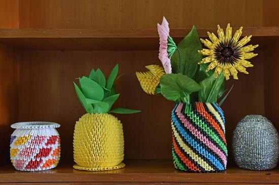 艾滋病戒毒人员宿舍里的小饰物,是艾滋病戒毒人员们自己折叠制作的。