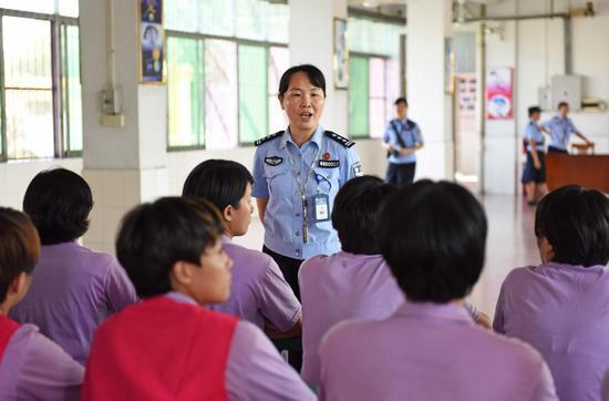 女警黄绮梅在对戒毒人员的戒毒生活情况进行讲评。