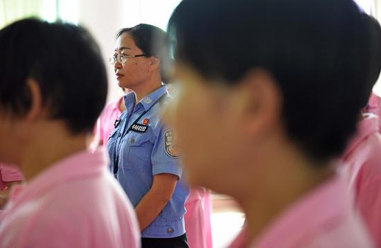 长期与艾滋病戒毒人员零距离,专管大队的大队长杨晓蕾在监管艾滋病戒毒人员学手语操。