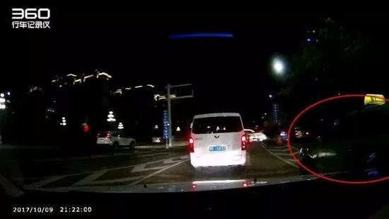 唐先生发现两车距离很近,马上要撞上了,于是犹豫一下,降了降车速,但并没有让出租车得逞。随后,唐先生继续加油往前开。