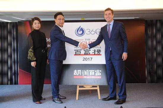 左起36计创始人蒂玛秀儿,36计联合创始人梁勇与胡润百富董事长兼首席调研员胡润为《36计·胡润百富榜2017》揭幕