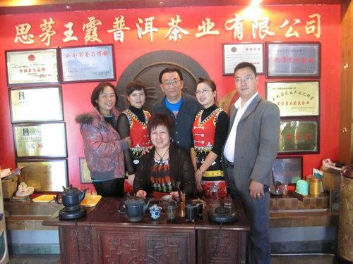 艾戈商贸公司周永超先生(右一)、普洱茶专家王霞女士(中)