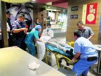 外籍男酒后晕倒在快餐店厕所 民警强行开门救助