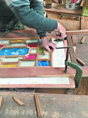 满洲窗在工匠手中一点点呈现风貌。