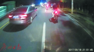 电子监控拍下飙车实时画面。