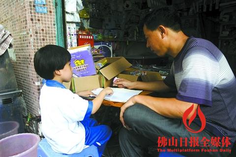 孩子放学后做作业,家长陪同在旁,不时进行指导。 /佛山日报记者王伟楠摄(资料图片)
