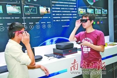 漫博会现场,观众在现场体验VR设备。孙俊杰 摄