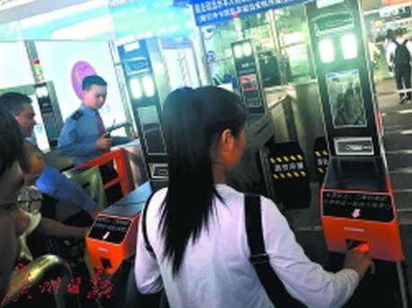 """深圳北站:乘客持二代身份证""""刷脸""""进站"""