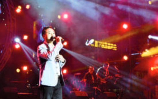本土音乐人在舞台上用歌声传递爱心。