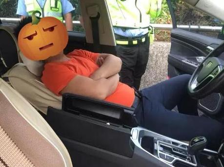 惊呆了 一醉驾男子在路口等红灯时秒睡