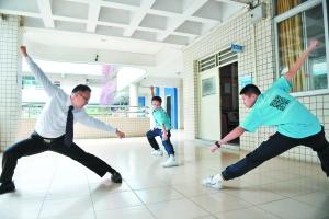 潘锦文和学生演练梅花拳套路。