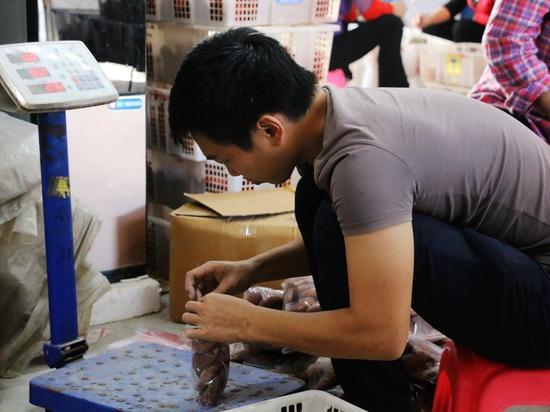 小林正不紧不慢地对柿饼进行称量、打包,并通过电商渠道销往各地。