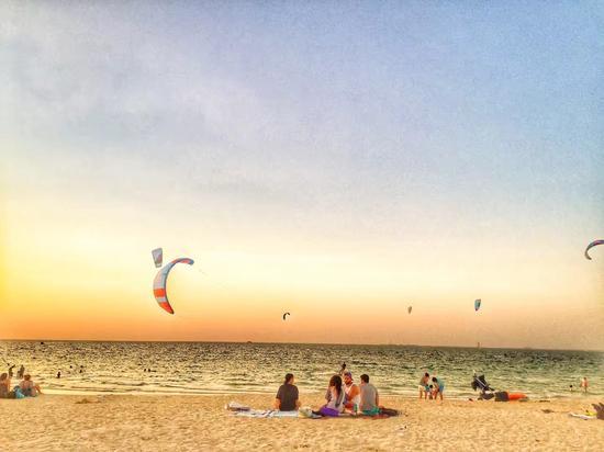 ▲她周末喜欢去海边游泳 图为Kite Beach