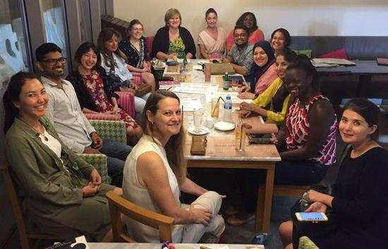 ▲柴瑞参加当地读书会,和世界各地的人讨论非洲文学