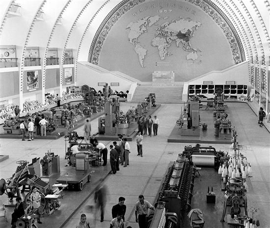 1957年中国出口商品交易会上的工业样品陈列馆 (资料照片)