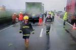 珠海雨天高速三豪车接连被撞