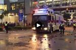 香港警方出动水炮车驱散示威者