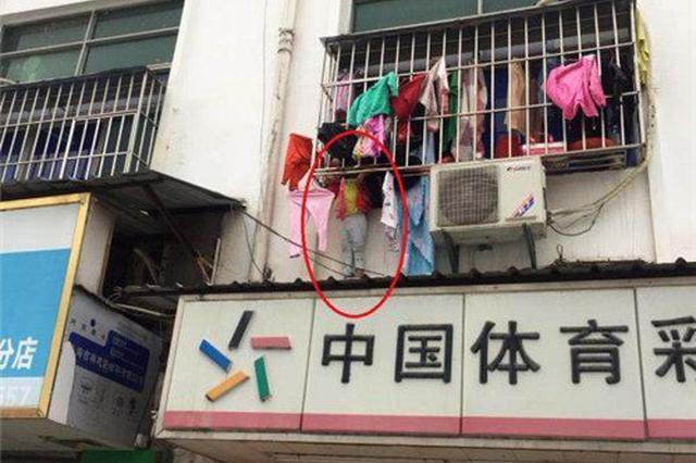 """惊险 深圳4岁女童头卡防盗网 """"挂""""在窗户上"""