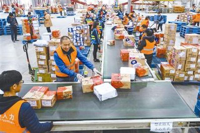 天津市武清区的一家快递公司仓库内,工作人员正在分拣快递包裹。 本报记者 王伟伟 摄