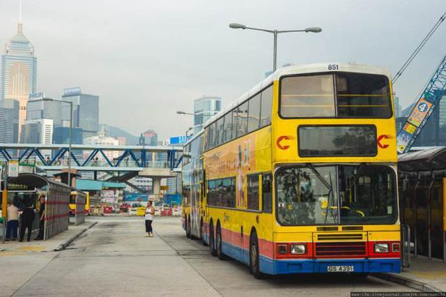 """女子香港巴士前拍""""抖音""""引争议 当事人已公开致歉"""