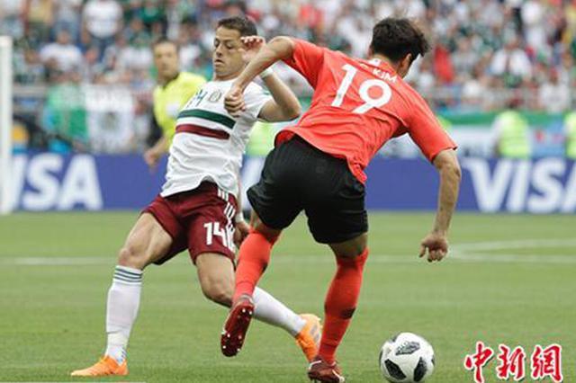 埃尔南德斯与韩国球员拼抢