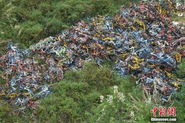 资料图:杂乱堆放着一片共享单车。 中新社记者 张斌 摄