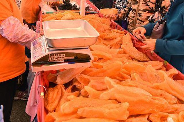 香港一药店员工涉嫌欺骗游客被捕 卖花胶用斤变两