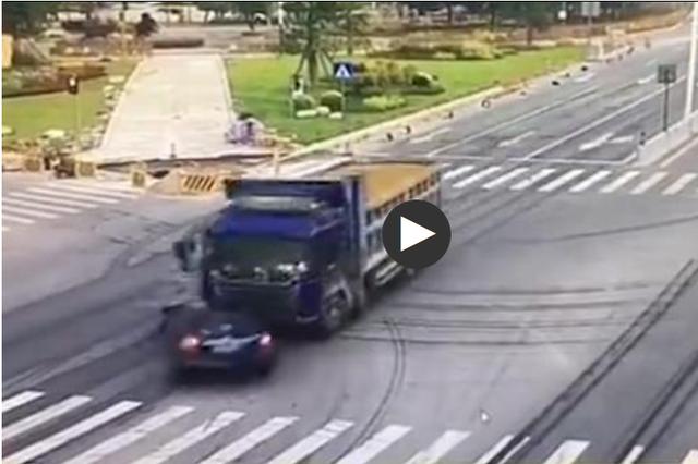 广州货车超载还闯红灯 猛烈冲撞小车致2女警一死一伤