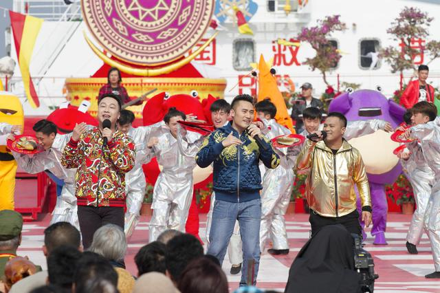 郭智华(右)、陈希贤(中)、MC文(右)登上央视《东西南北贺新春》节目录制舞台。 图由受访者提供