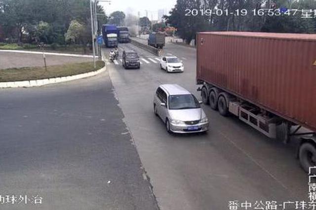 危险!广州一摩托车被气罐车拖行 漏油后自燃